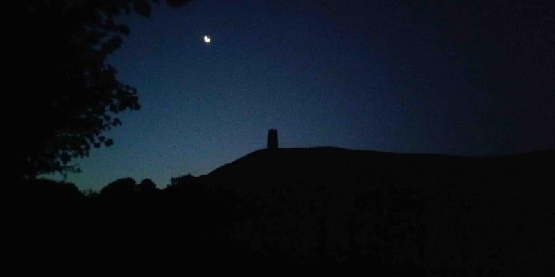 Lichtgidsen Glastonbury Tor voor zonsopgang