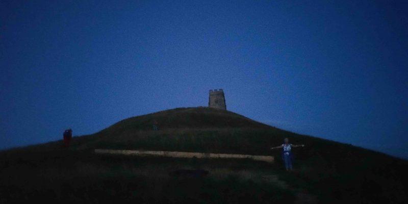 Lichtgidsen Glastonbury Tor beklimmen voor zonsopgang