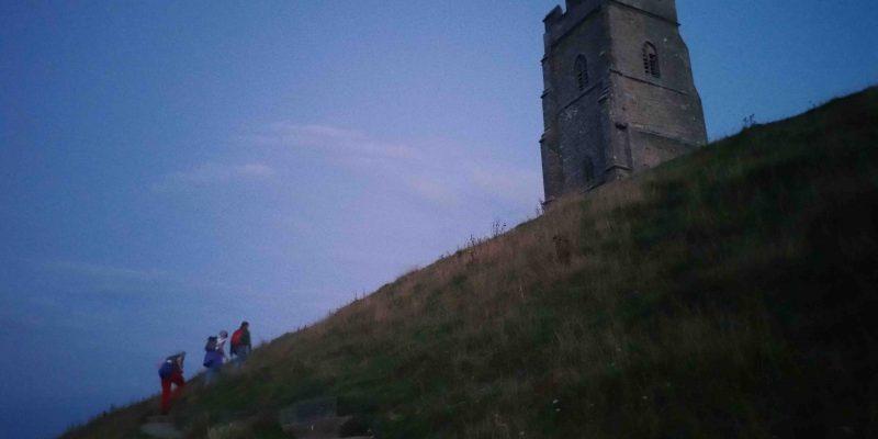 Lichtgidsen Glastonbury Tor bijna boven